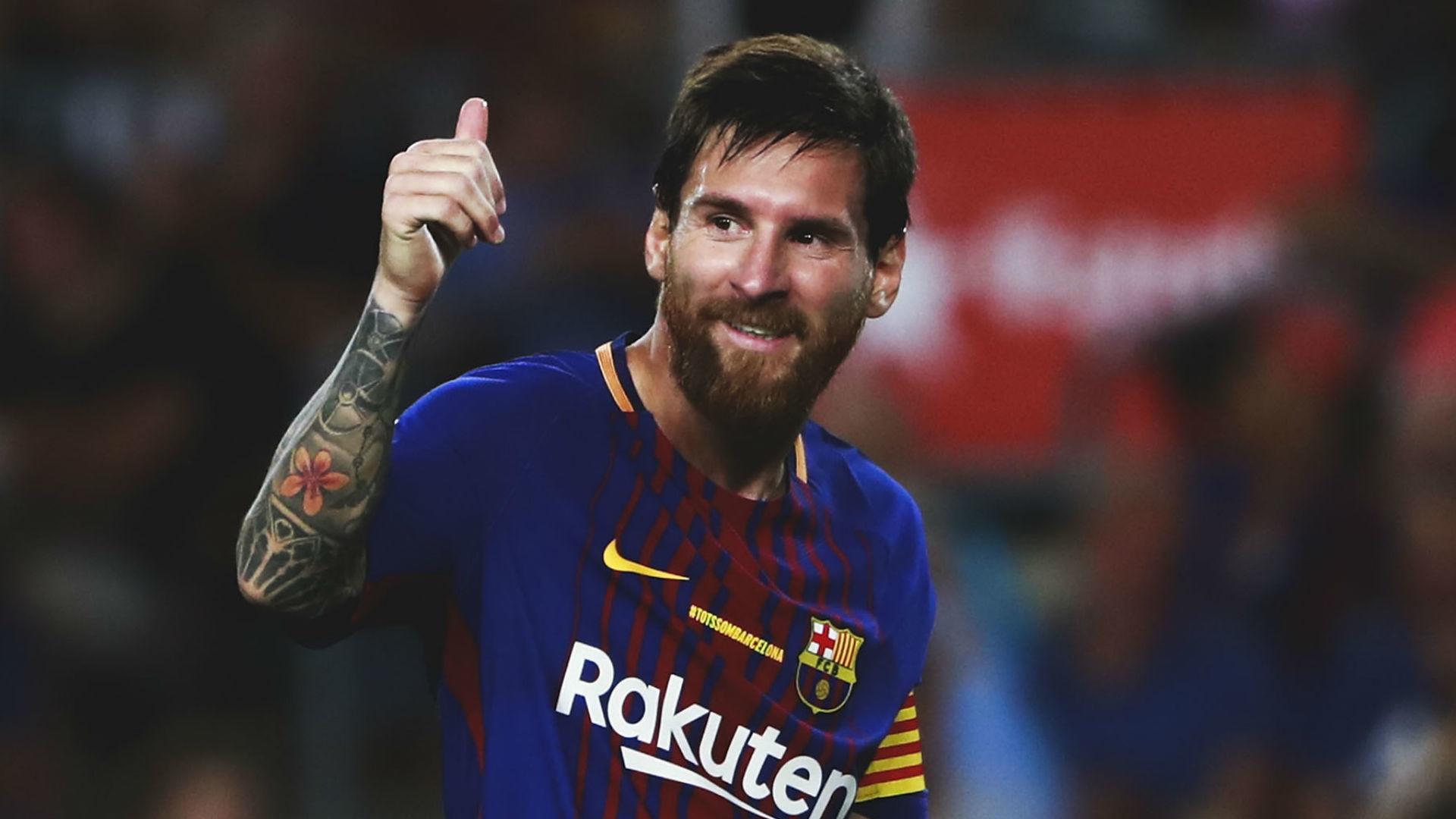 Hình ảnh Messi cười thân thiện với đồng đội trên sân. Giờ đây anh nhìn có phần chững chạc so với một Messi nhanh nhẹn của tuổi 20 với biệt danh La ...