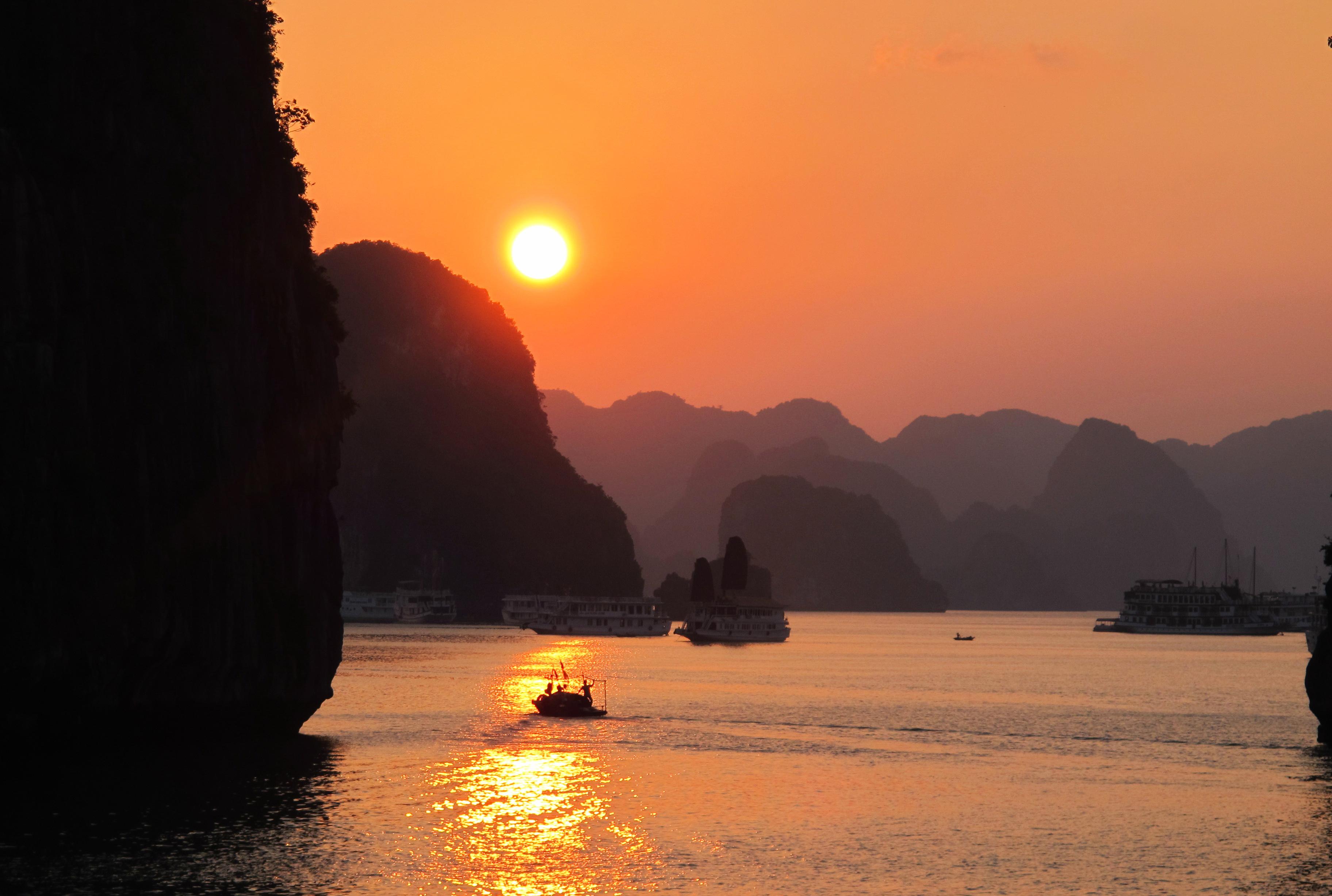Khung canh hoang hon long lay tren mat vinh Ha Long