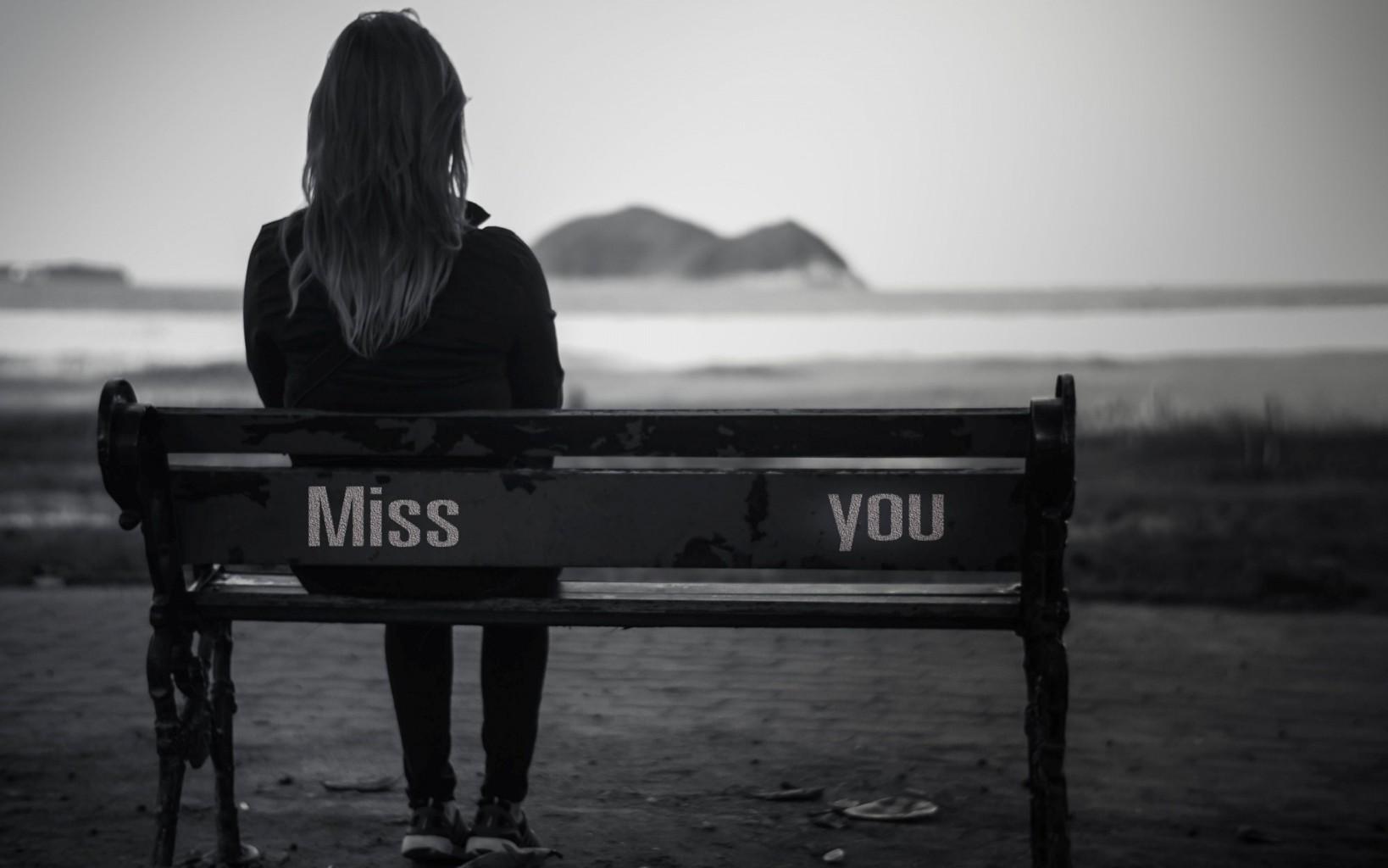 Hình ảnh ngồi mình mình buồn cô đơn với nỗi nhớ người yêu của cô gái.