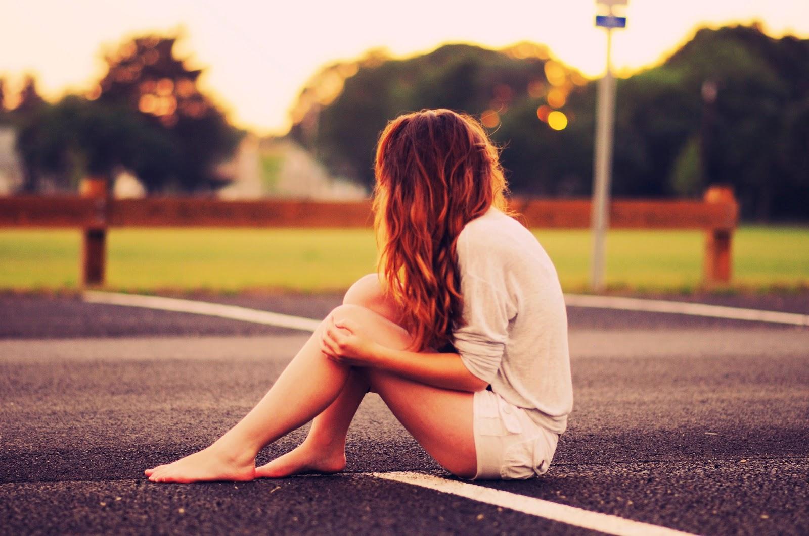 Hình ảnh con gái buồn, tâm trạng.