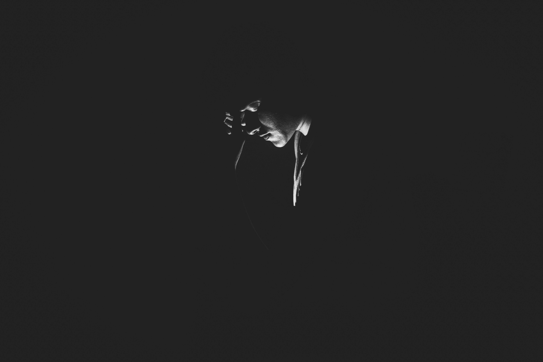 Hình ảnh buồn cô đơn và một chiếc lá bên đường mang đấy ý nghĩa và tính ẩn dụ.