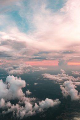 hình ảnh bầu trời êm đềm với các áng mây vào ban ngày