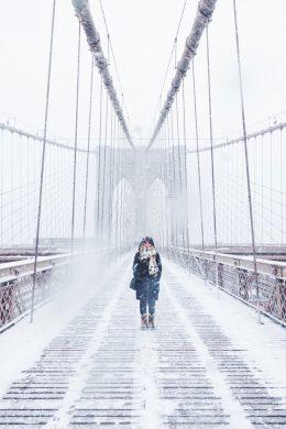 hình ảnh người phụ nữ trên cây cầu đầy tuyết