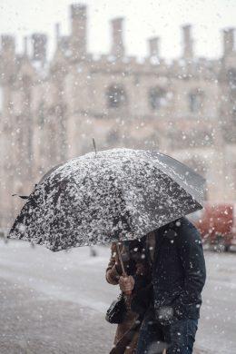 hình ảnh người cầm ô trong gió tuyết