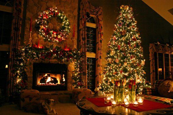 Đêm Noel với lò sưởi ấm áp và cây thông trang trí đèn màu lấp lánh