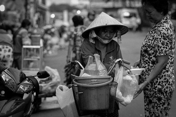 Hình ảnh người mẹ bán hàng bằng chiếc xe đạp cũ vất vả trên phố