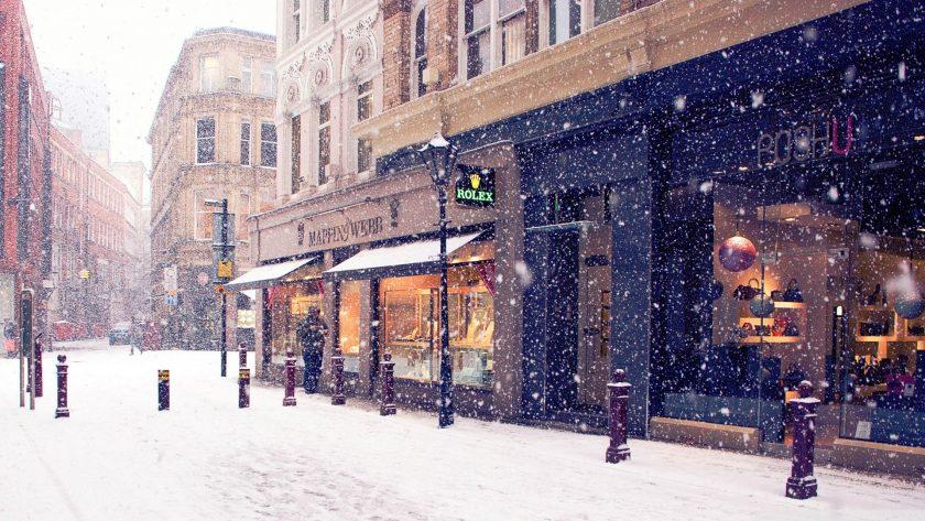tuyết rơi trên đường phố vắng mùa Noel