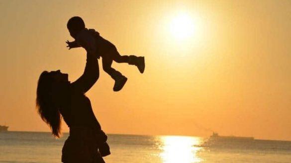Tải hình ảnh đẹp về mẹ bế giương con trong sự yêu thương tự hào