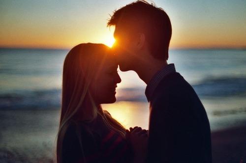 ảnh hôn người yêu say đắm, lãng mạn trong chiều hoàng hôn