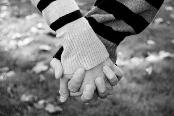 ảnh nắm tay nhau đen trắng