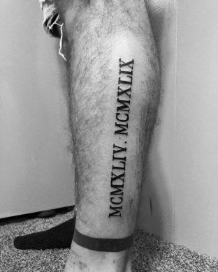 chữ la mã được xăm nổi bật ở bắp chân