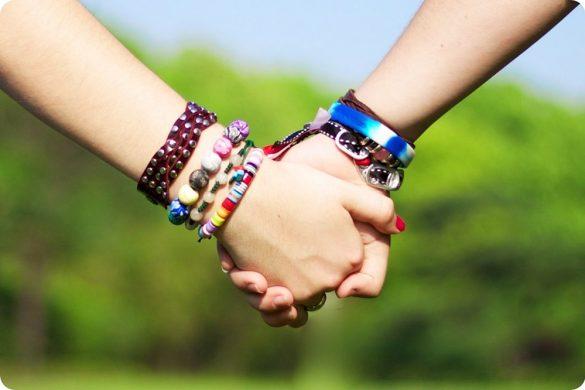 hình ảnh 2 người nắm tay nhau