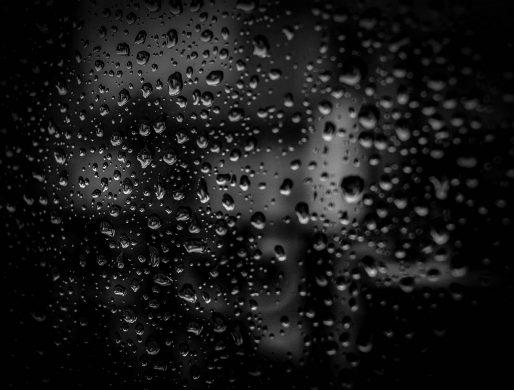 Hình ảnh chụp đen trắng những giọt nước đọng trên tấm kính