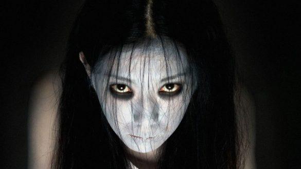 hình ảnh cô gái ma hiện về nhìn trừng trừng