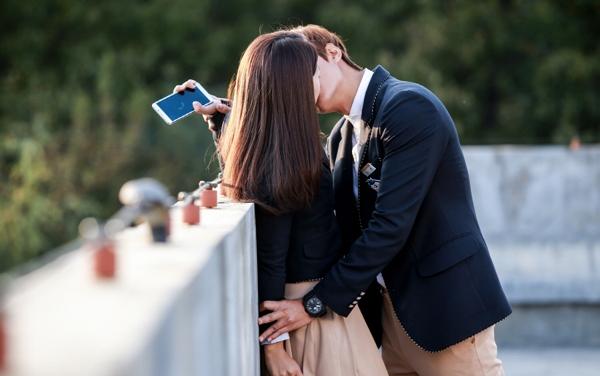 hình ảnh hôn người yêu lãng mạn của học sinh cấp 3