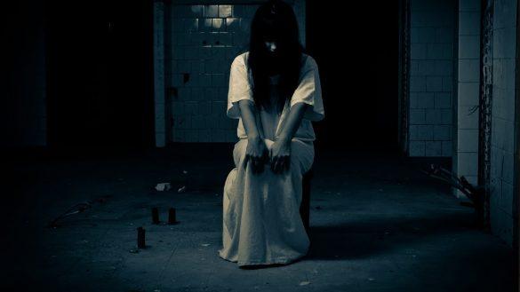 hình ảnh ma quái đáng sợ ngồi một mình trong nhà hoang