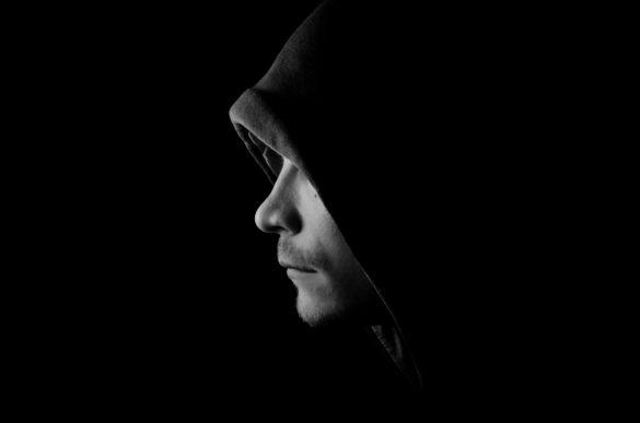 Hình nền đen người đàn ông buồn