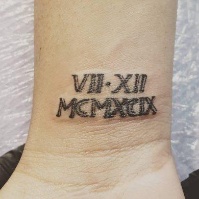 hình xăm chữ la mã trên cổ tay