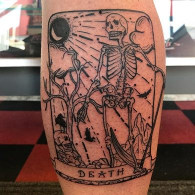 hình xăm con bài họa tiết bộ xương khô thể hiện sự chết chóc