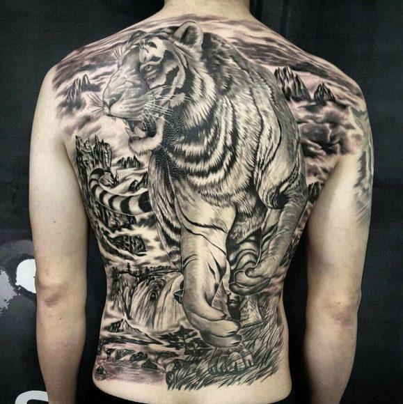 hình xăm con hổ mạnh mẽ trên lưng