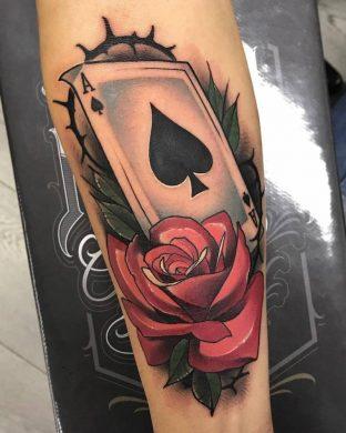 hình xăm hoa hồng và lá bài Át bích