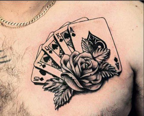 hình xăm lá bài trên ngực