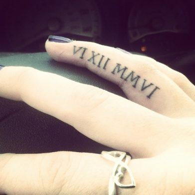 hình xăm la mã tinh tế trên ngón tay