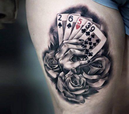 hình xăm màu 3D bộ bài và hoa hồng trên bắp đùi