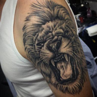 hình xăm sư tử gầm trên bắp tay