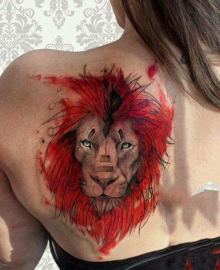 hình xăm sư tử với bộ bờm nhuốm đỏ trên bả vai nữ