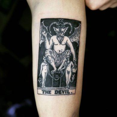 hnfh xăm con bài ác quỷ ở cánh tay