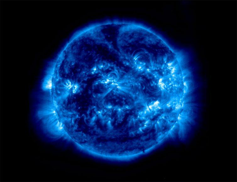 ảnh chụp Mặt Trời và các lưỡi trai điện từ