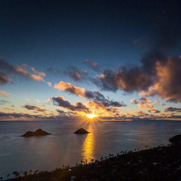 Hình ảnh bình minh Mặt Trời rực rỡ trên biển