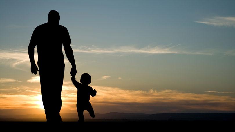 hinh anh cha dat tay con Hình ảnh về cha và con tình cảm xúc động nhất