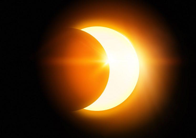 hình ảnh Mặt Trời bị che bởi Mặt Trăng lúc nhật thực
