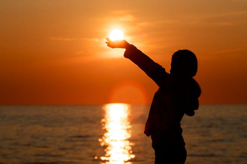 Hình ảnh tạo dáng chụp ảnh với Mặt Trời