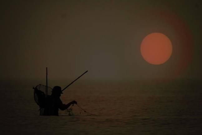 hình Mặt trời mờ tối và người dân chài