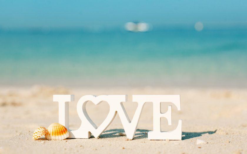 ảnh chữ love tình yêu trên bờ biển làm hình nền máy tính