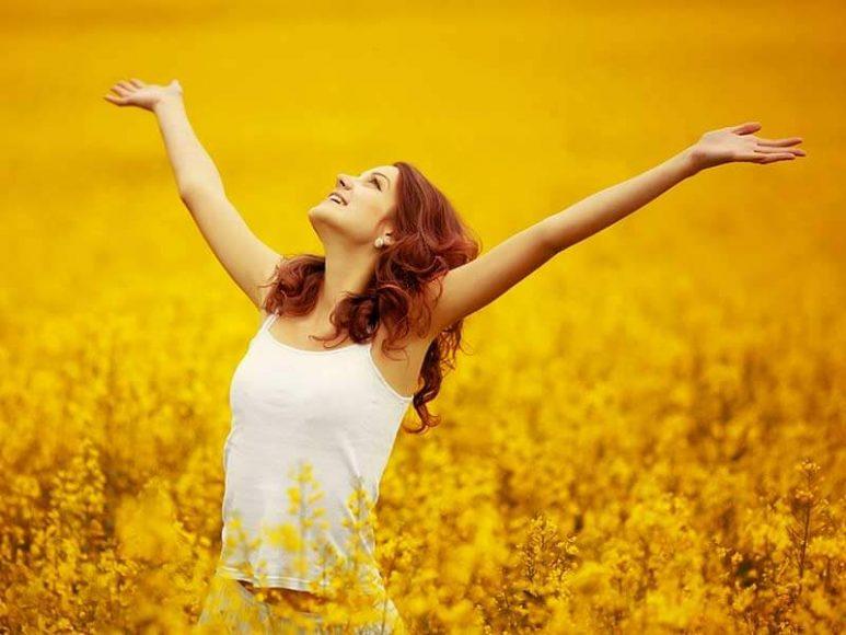 ảnh cô gái vui vẻ và hạnh phúc giữa cánh đồng cỏ