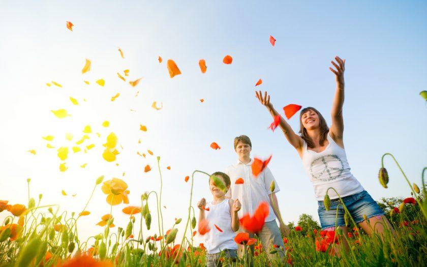 ảnh gia đình vui vẻ bên vườn hoa