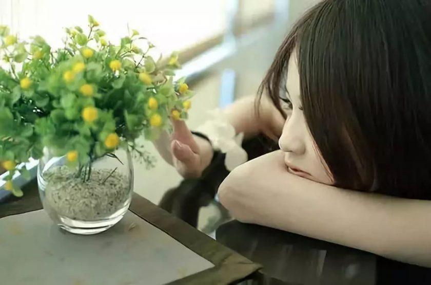 hình ảnh cô gái ngồi suy nghĩ