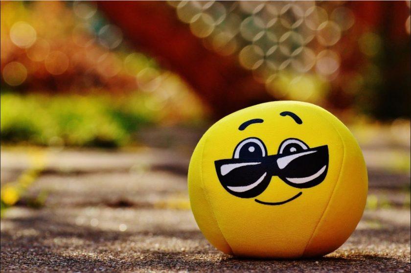hình ảnh mặt cười đeo kính vui vẻ