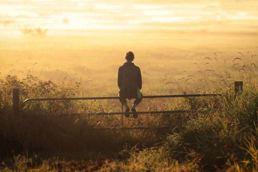 hình ảnh suy nghĩ buồn một mình