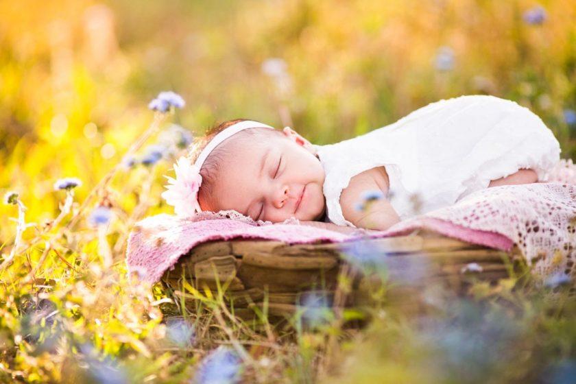 hình ảnh em bé nằm ngủ hạnh phúc, vui vẻ