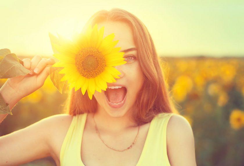 hình ảnh yêu đời vui vẻ của cô gái bên hoa hướng dương