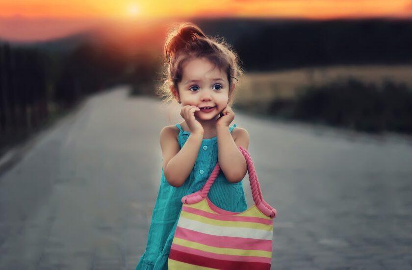 hình nền điện thoại bé gái dễ thương