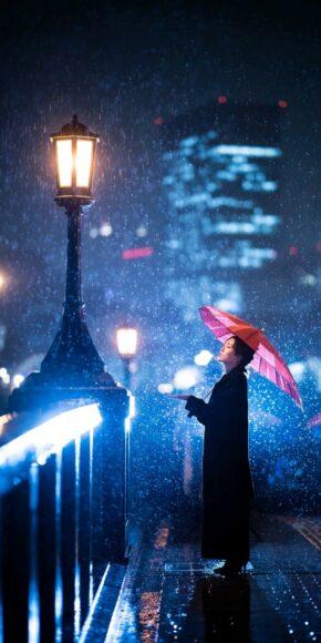Hình nền điện thoại cô gái cầm ô đứng dưới mưa đêm