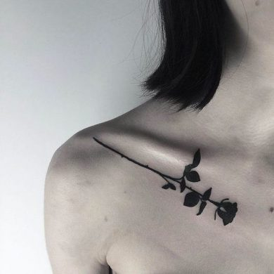 hình xăm hoa hồng đen nhỏ ở vai