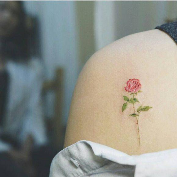 hình xăm hoa hồng mini ở vai