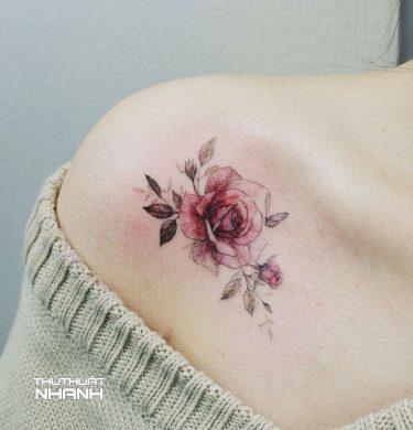 hình xăm hoa hồng nhỏ ở vai